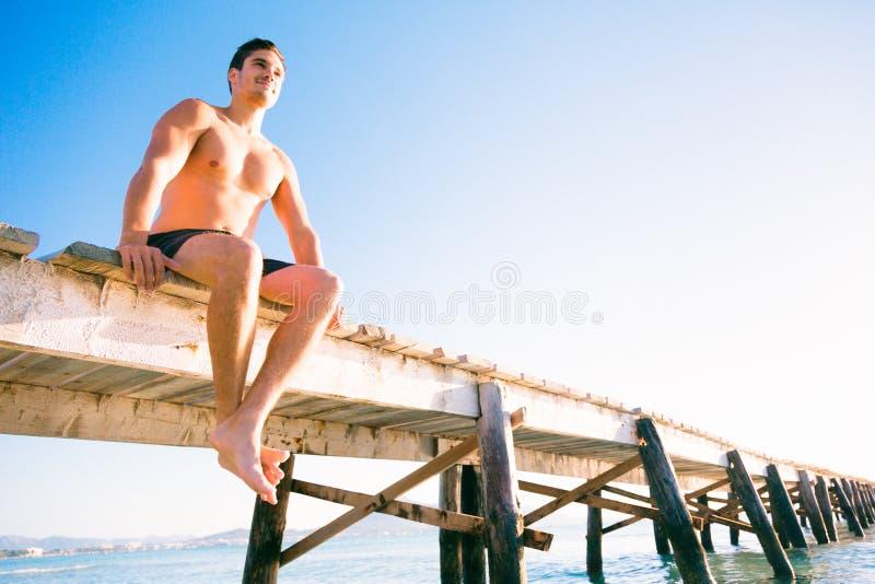 Hombre joven por el mar imágenes de archivo libres de regalías