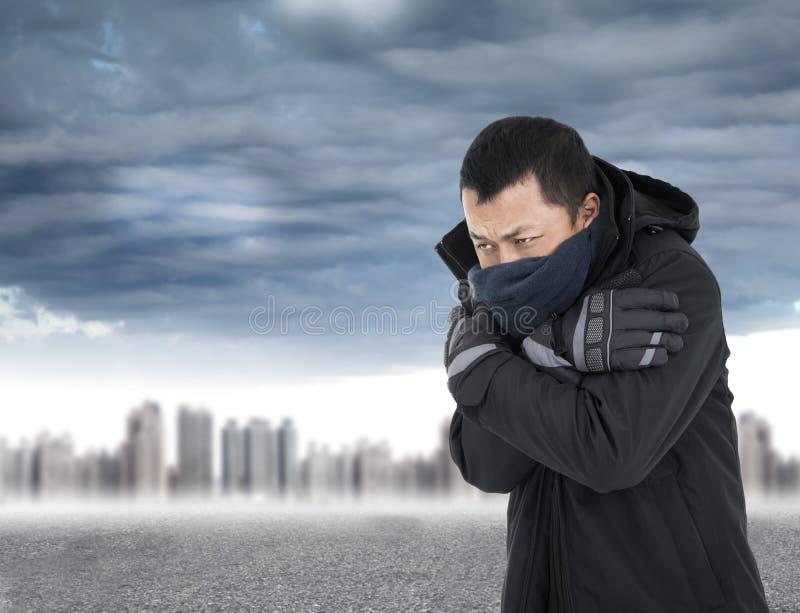 Hombre joven que aprieta el cuerpo en tiempo frío del aire libre fotografía de archivo libre de regalías