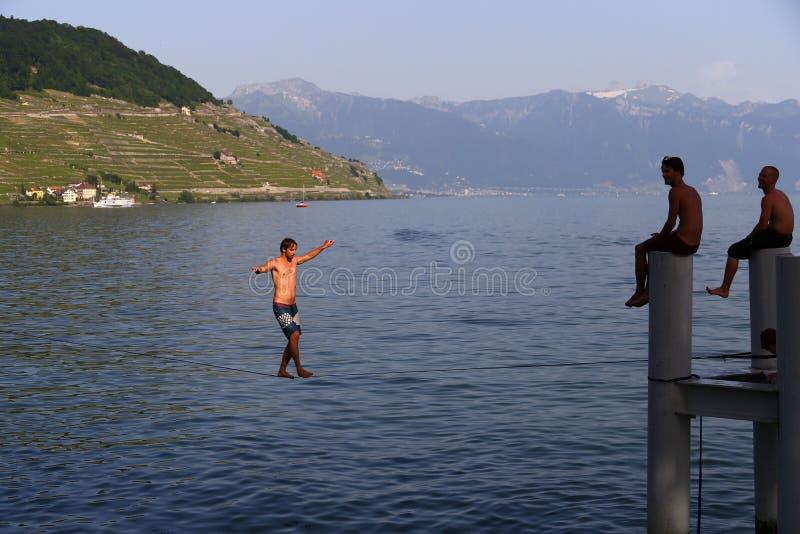 Hombre joven que camina en la honda en la pequeña ciudad del Cully en el lago Lemán, Suiza fotografía de archivo