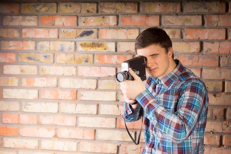 Hombre joven que captura algo usando cámara fotografía de archivo libre de regalías