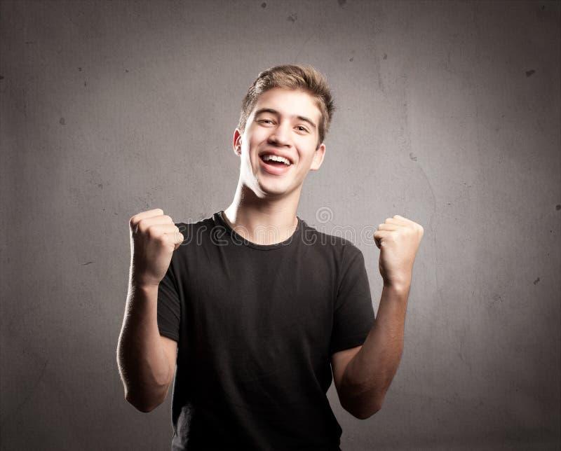 Hombre joven que celebra fotos de archivo