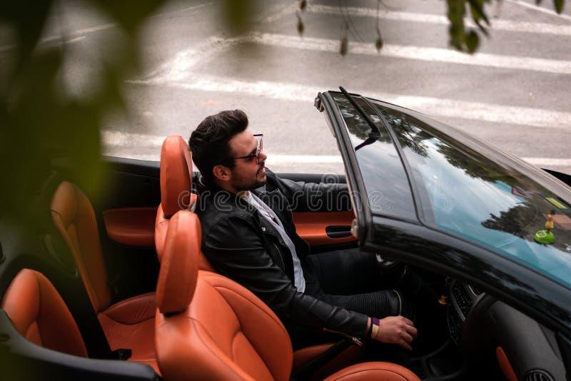 Hombre joven que conduce el coche convertible Conductor, ocio imagen de archivo libre de regalías