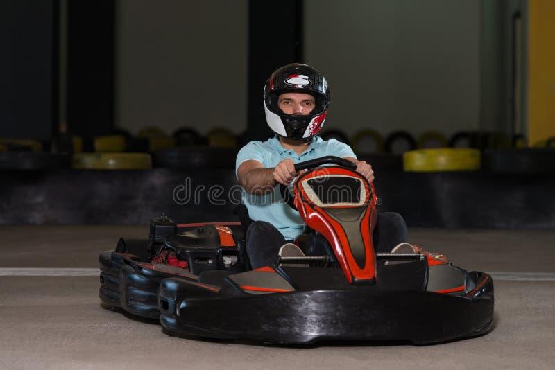 Hombre joven que conduce la raza de Karting del kart fotografía de archivo libre de regalías