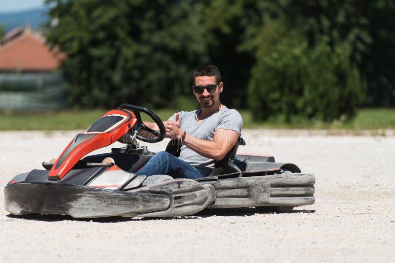 Hombre joven que conduce la raza de Karting del kart imagenes de archivo