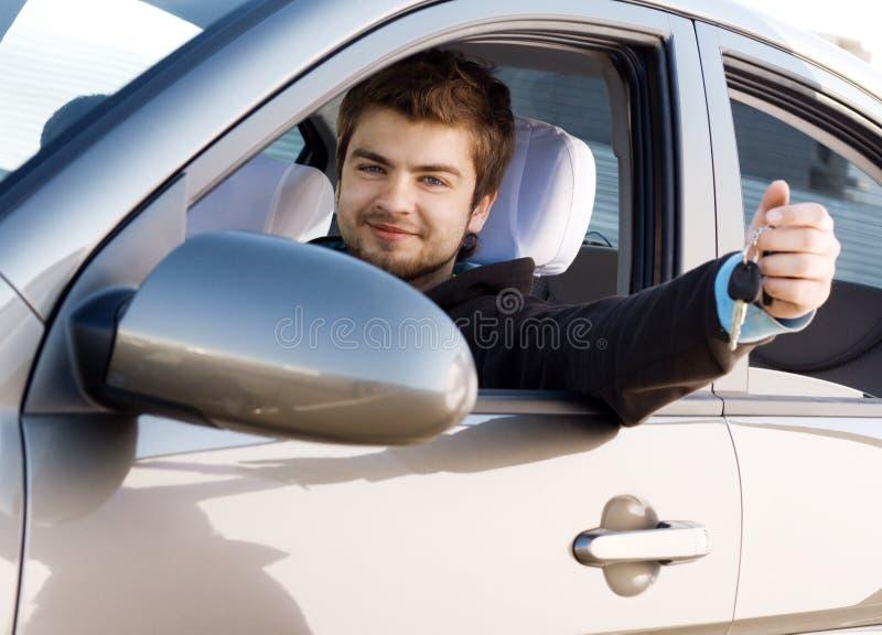 Hombre joven que conduce un coche fotografía de archivo