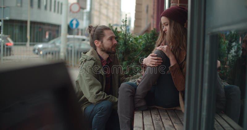 Hombre joven que conforta a la mujer triste fotografía de archivo