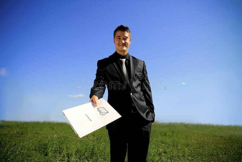 Hombre joven que da una carpeta fotos de archivo