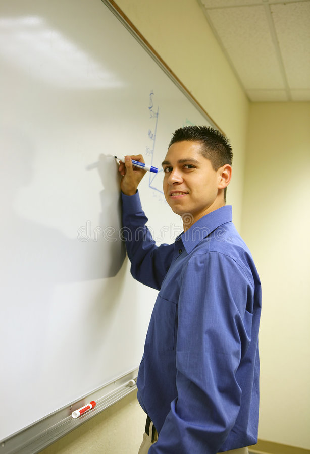 Hombre joven que da una presentación imagen de archivo