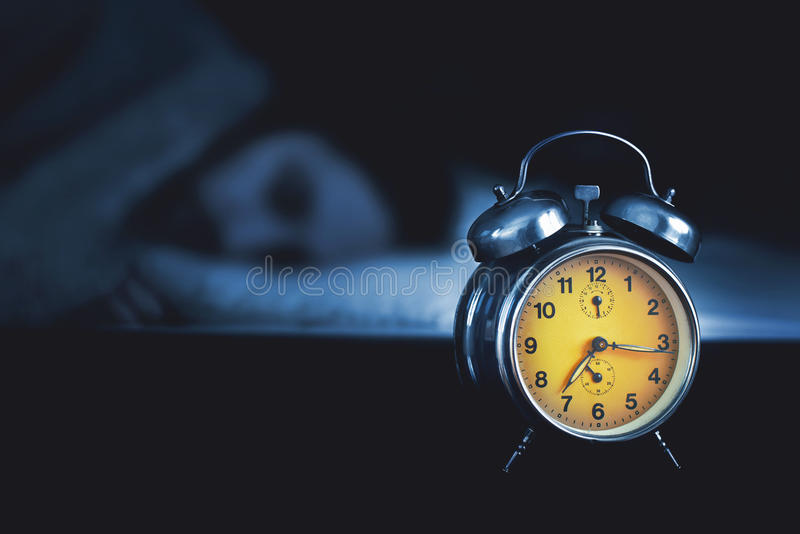 Hombre joven que duerme en la cama foto de archivo libre de regalías