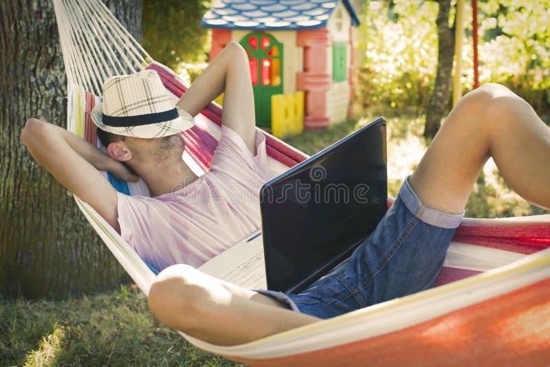 Hombre joven que duerme en la hamaca fotos de archivo libres de regalías