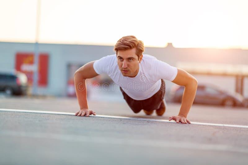 Hombre joven que ejercita al aire libre fotos de archivo