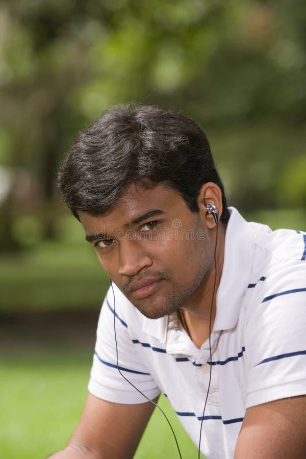Hombre joven que escucha la música foto de archivo
