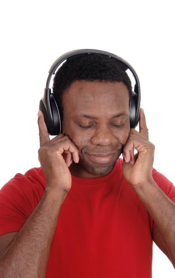 Hombre joven que escucha la música con sus auriculares fotos de archivo libres de regalías