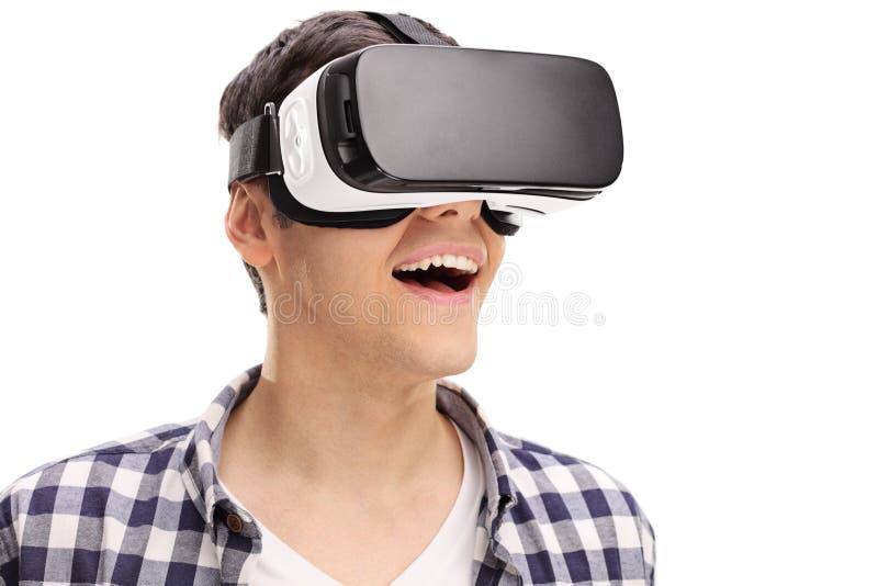 Hombre joven que experimenta realidad virtual imagen de archivo