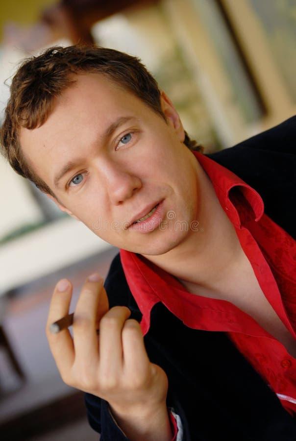 Hombre Joven Que Fuma Un Cigarrillo Imagen de archivo libre de regalías