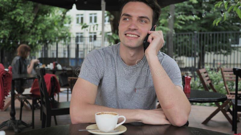 Hombre joven que habla en el teléfono fotos de archivo libres de regalías