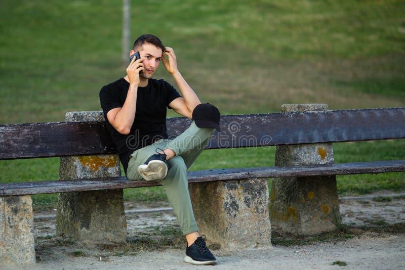 Hombre joven que habla en el teléfono imagen de archivo