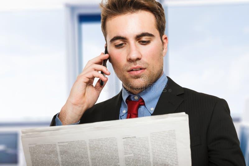 Hombre de negocios que habla en el teléfono fotografía de archivo