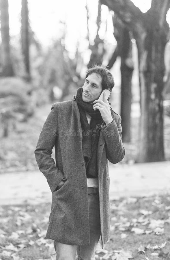 Hombre joven que habla por el teléfono imagen de archivo libre de regalías