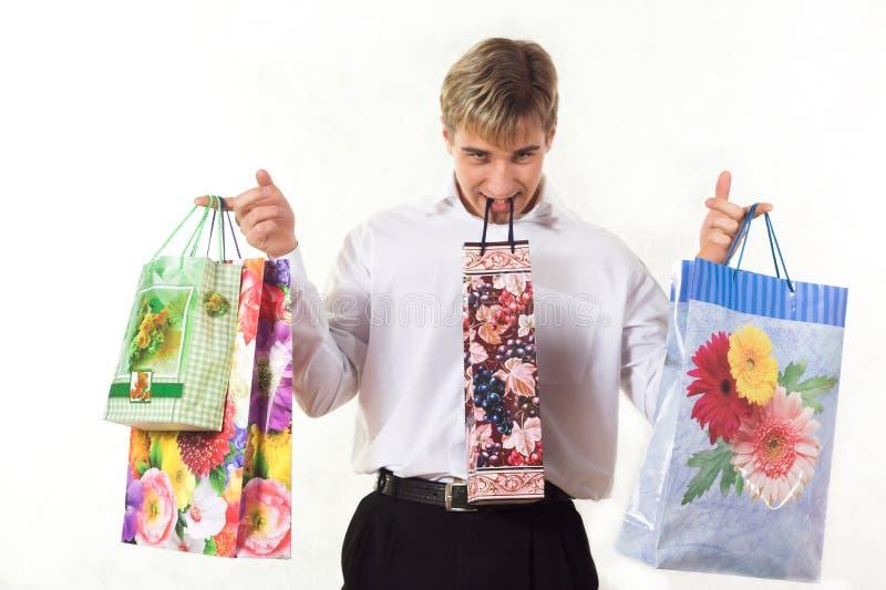 Hombre joven que hace compras imagen de archivo libre de regalías