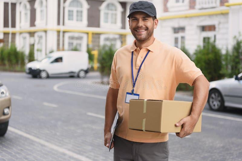 Hombre joven que hace el servicio a domicilio foto de archivo libre de regalías