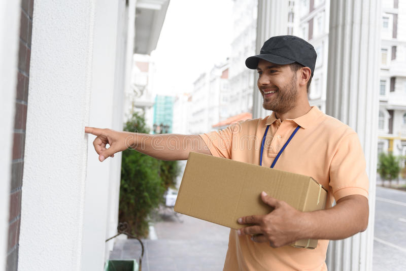 Hombre joven que hace el servicio a domicilio imágenes de archivo libres de regalías