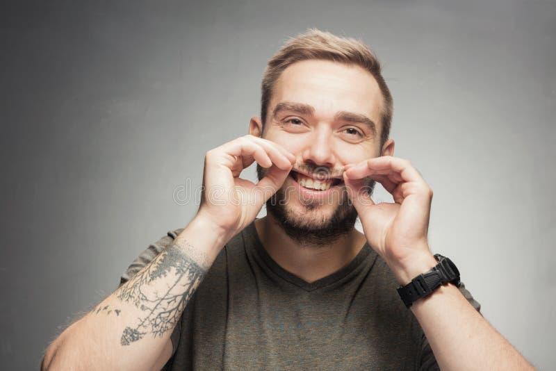 Hombre joven que hace la cara tonta divertida imagen de archivo libre de regalías
