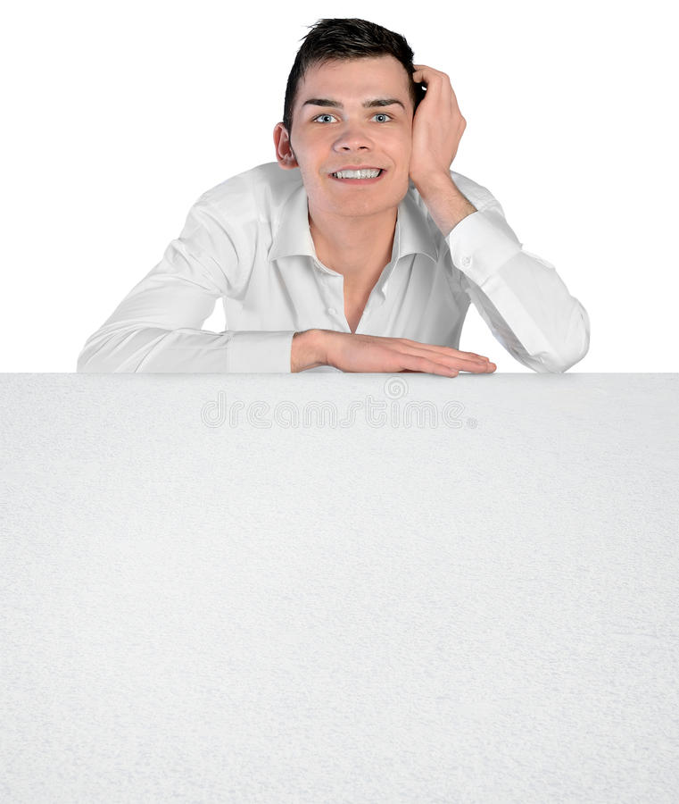 Hombre joven que inclina al tablero vacío imagen de archivo
