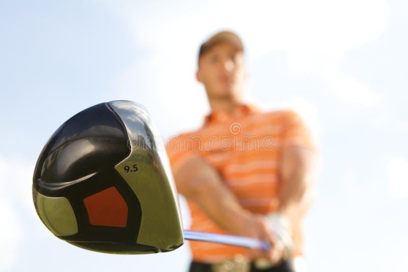 Hombre joven que juega al golf, opinión de ángulo bajo imágenes de archivo libres de regalías