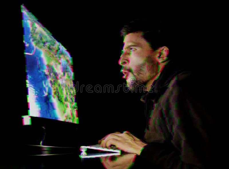 Hombre joven que juega el juego de ordenador Efecto de la interferencia añadido imagen de archivo libre de regalías