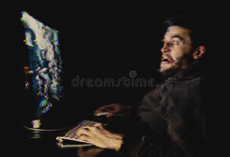 Hombre joven que juega el juego de ordenador Efecto de la interferencia añadido foto de archivo