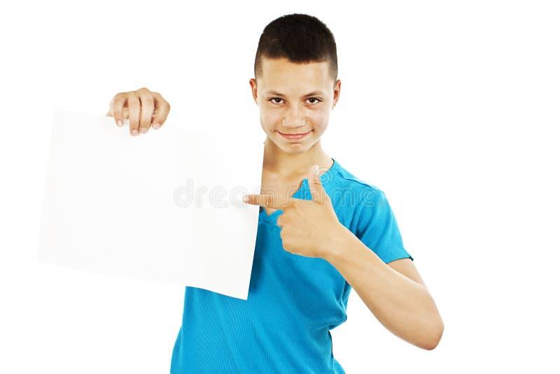 Hombre joven que lleva a cabo la muestra en blanco imagenes de archivo