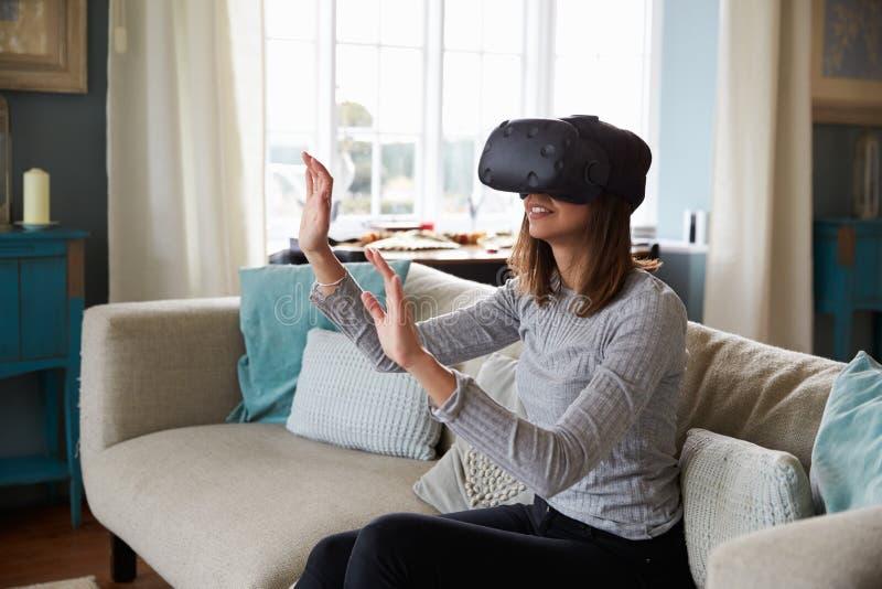 Hombre joven que lleva las auriculares de la realidad virtual en estudio fotos de archivo