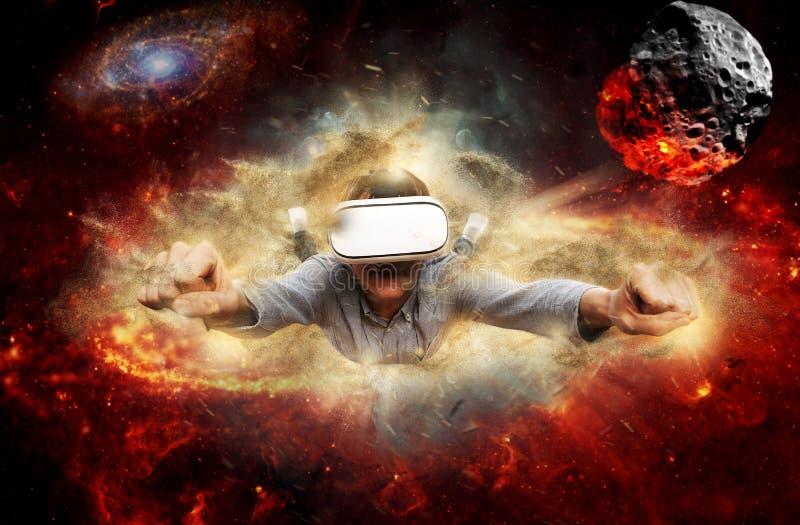 Hombre joven que lleva los vidrios de la realidad virtual fotografía de archivo libre de regalías