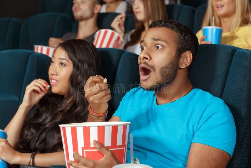 Hombre joven que mira una película con la admiración fotografía de archivo libre de regalías