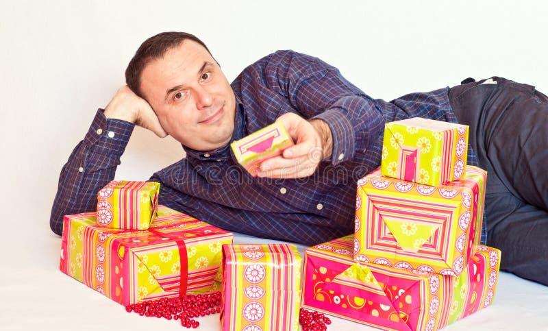 Hombre joven que ofrece un presente imagen de archivo libre de regalías