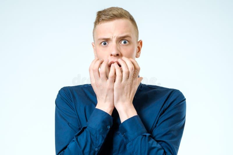 Hombre joven que parece chocado asustado foto de archivo libre de regalías