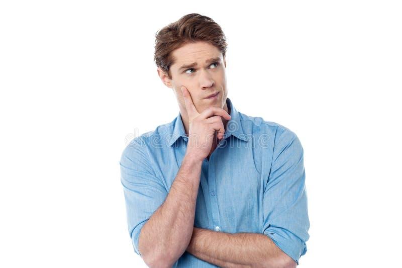 Hombre joven que piensa algo imagen de archivo libre de regalías
