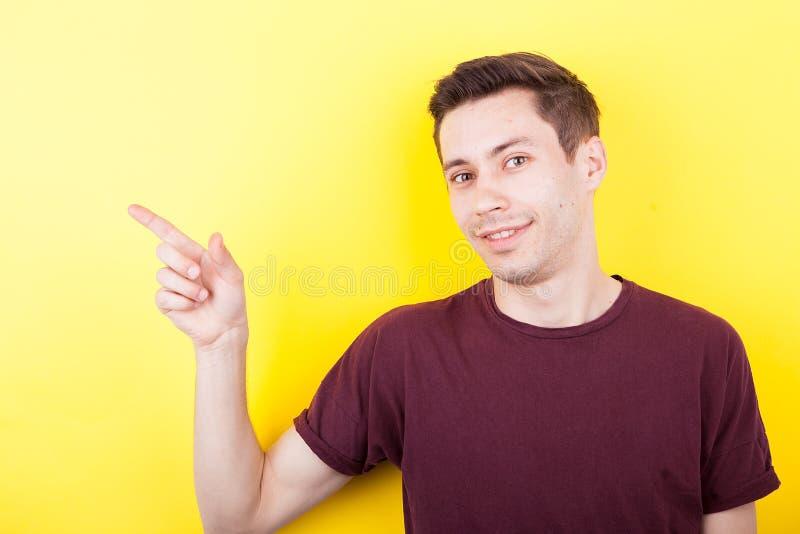 Hombre joven que señala a su righ foto de archivo libre de regalías