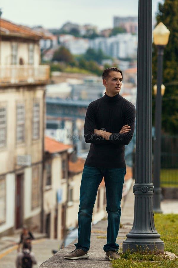 Hombre joven que se coloca en la calle en viejo europeo céntrico Viajes imagenes de archivo
