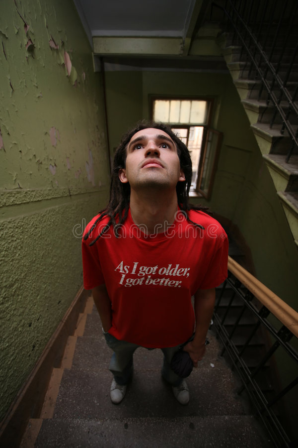 Hombre joven que se coloca en la escalera imágenes de archivo libres de regalías