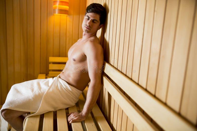 Hombre joven que se relaja en la sauna foto de archivo libre de regalías