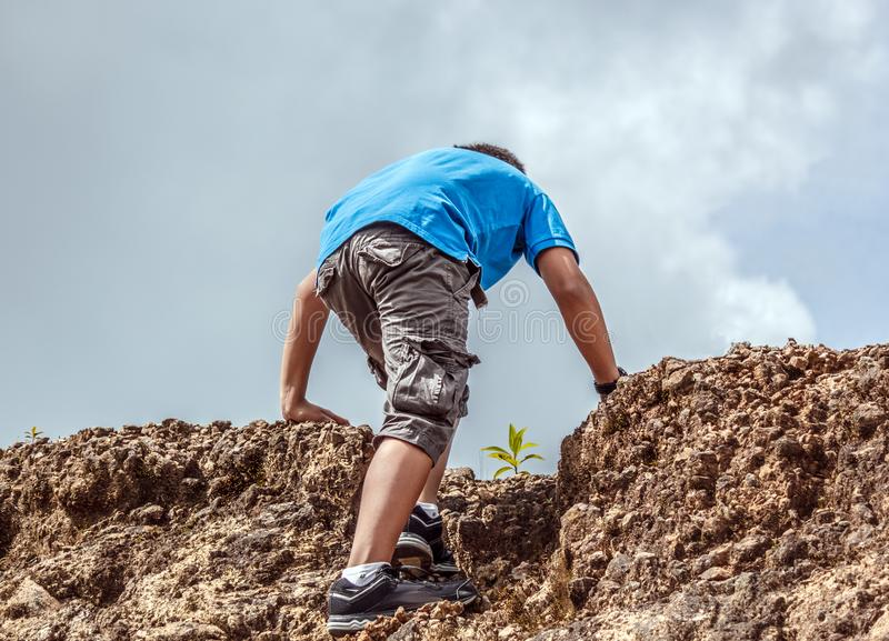 Hombre joven que sube una montaña fotografía de archivo libre de regalías
