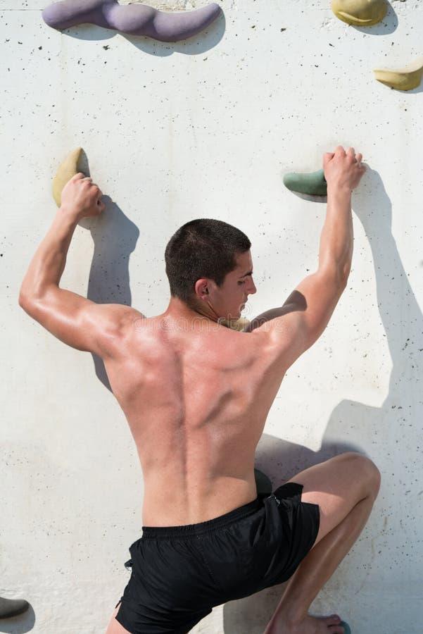 Download Hombre Joven Que Sube Una Pared De La Roca Foto de archivo - Imagen de bouldering, activo: 42434034