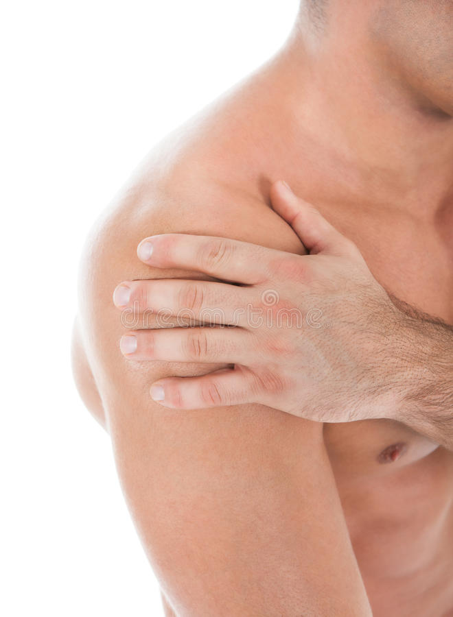 Hombre joven que sufre de dolor del hombro fotos de archivo libres de regalías