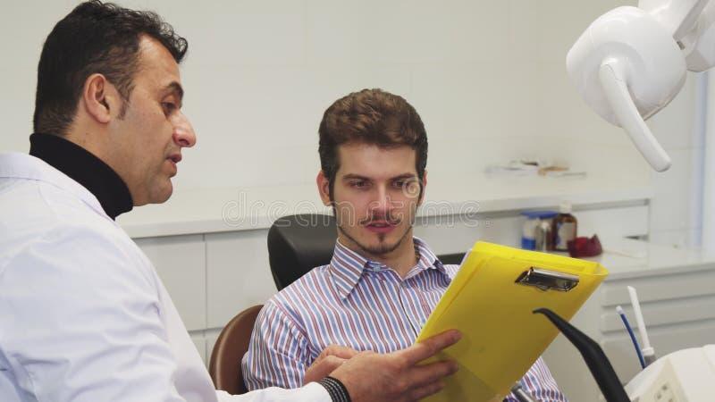 Hombre joven que tiene cita médica con su dentista foto de archivo libre de regalías