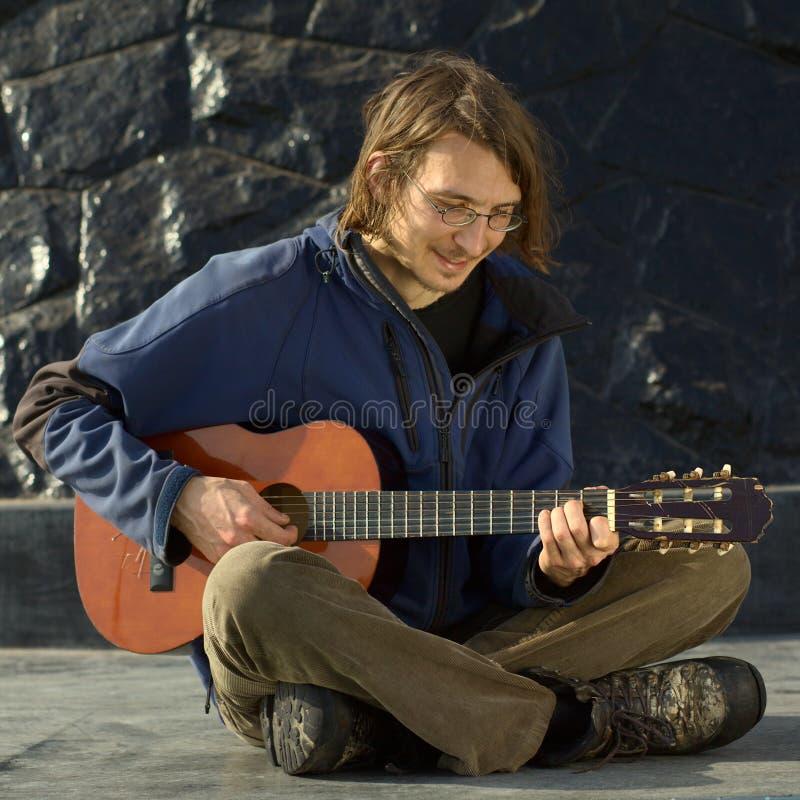 Hombre joven que toca la guitarra imágenes de archivo libres de regalías