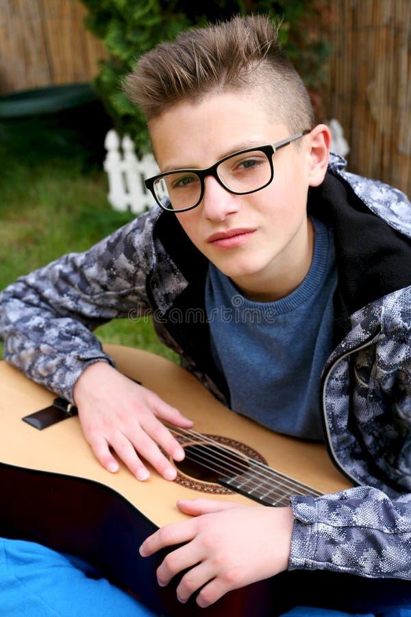 Hombre joven que toca la guitarra imagen de archivo libre de regalías