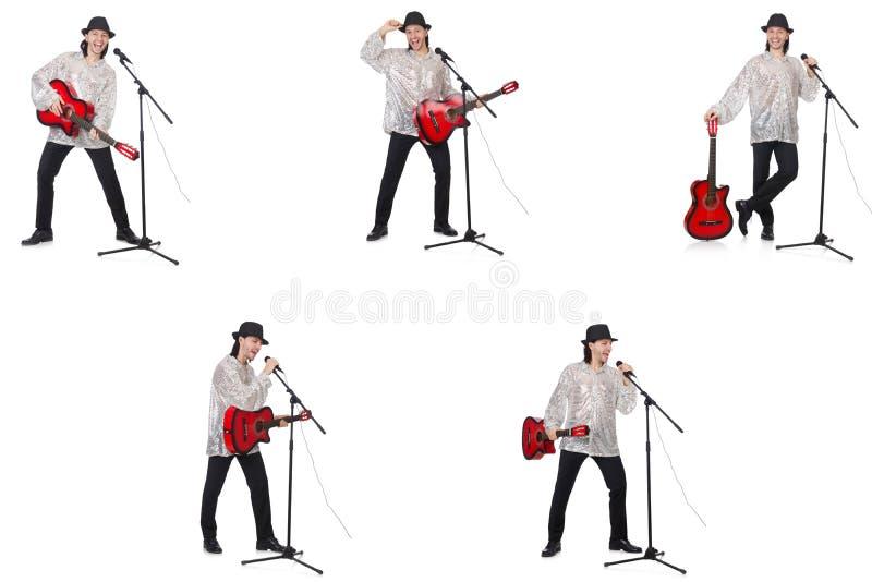 Hombre joven que toca la guitarra y que canta imágenes de archivo libres de regalías