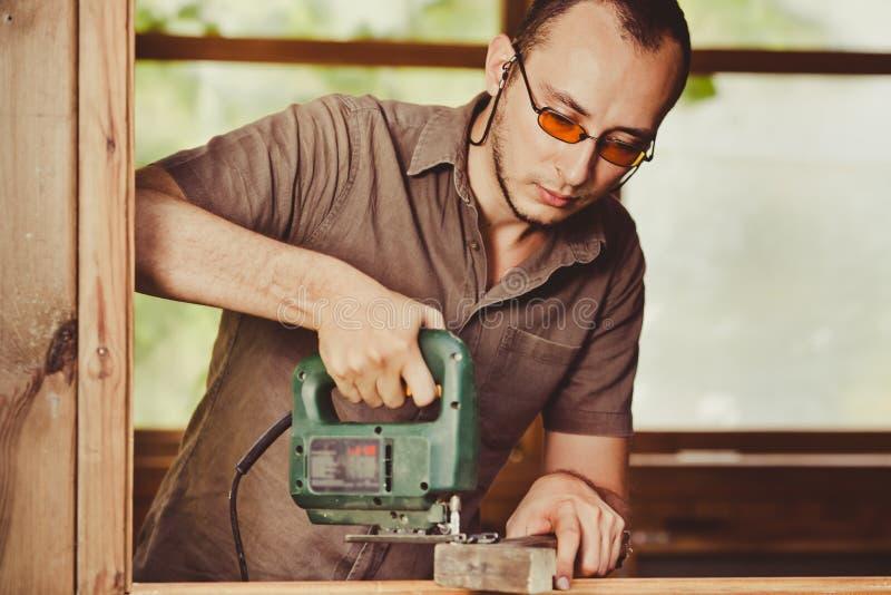 Hombre joven que trabaja con madera fotografía de archivo libre de regalías